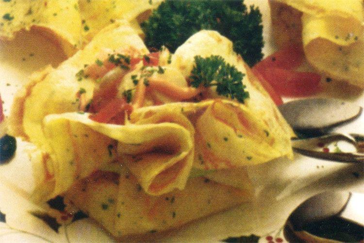Crepes de palmitos, camarones y jamón crudo